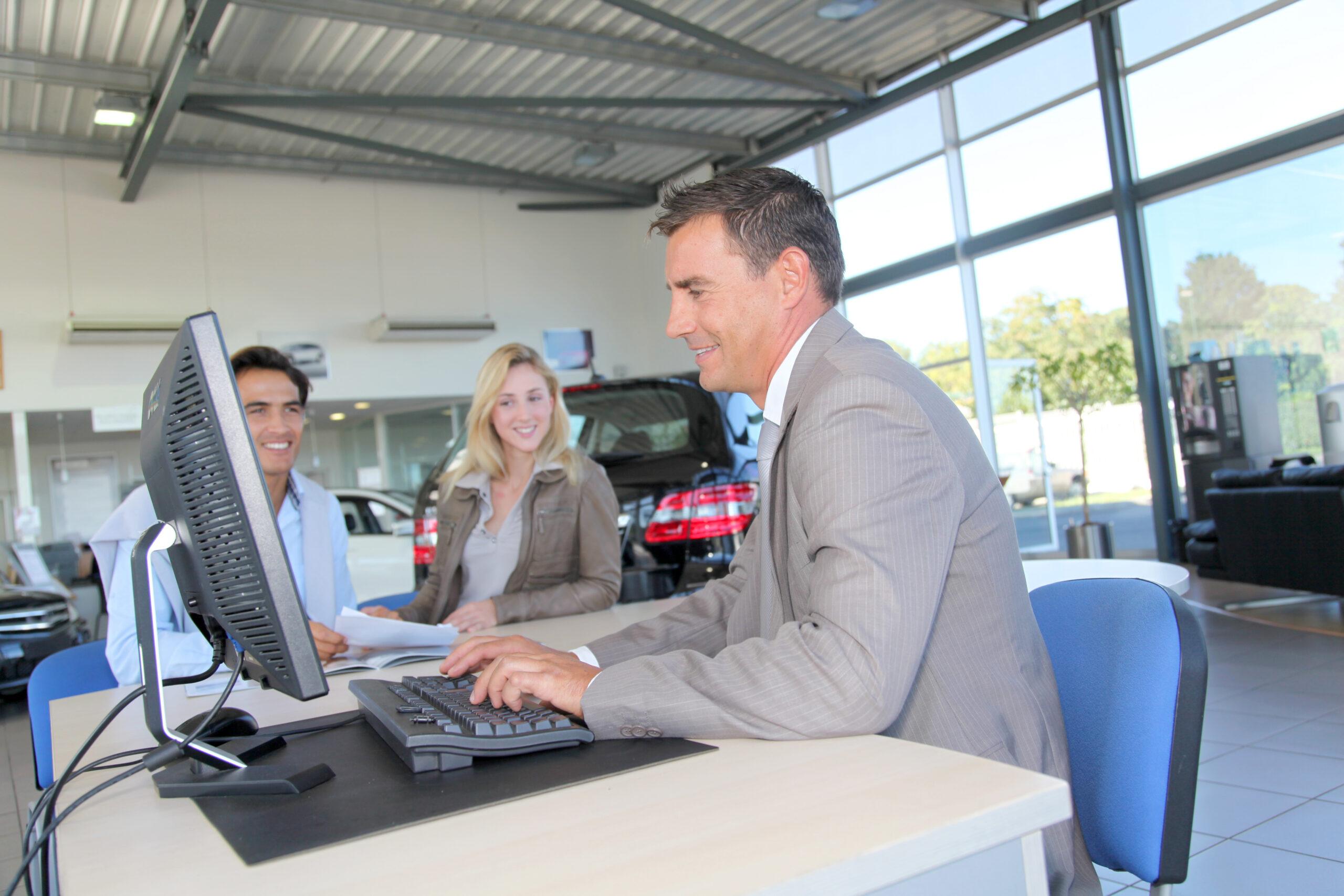 jeunes adultes acheteur concessionnaire automobile service à la clientèle